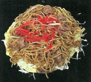 広島風お好み焼きが出来るまで 1.麺と生地を焼いている写真